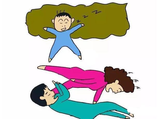 一家三口7种睡姿,能透露孩子更爱爸爸还是妈妈,你家是