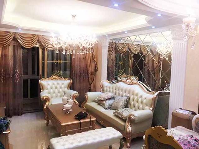 电视背景墙,电视柜.窗帘,茶几全部都是金色的.