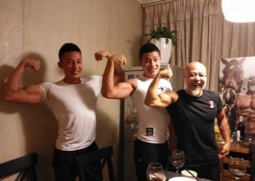 """62岁的""""彭于晏""""肌肉逆天!健身19年的他究竟什么来头-中国记录"""