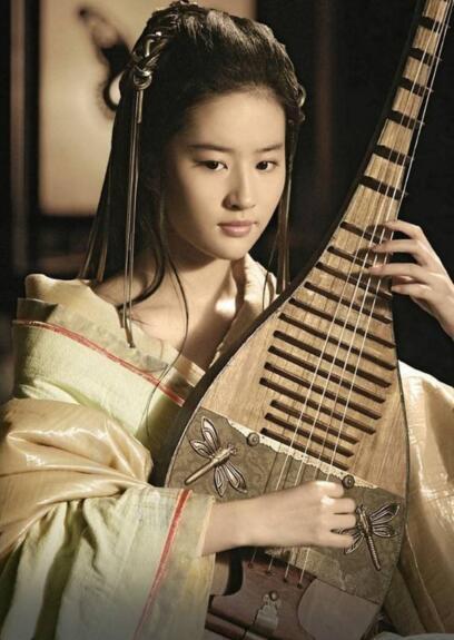 犹抱琵琶半遮面,古装美女怀抱琵琶,轻轻弹奏扣人心弦,刘亦菲在饰演
