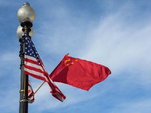 华盛顿街头飘扬中美国旗 新华社记者鲍丹丹摄