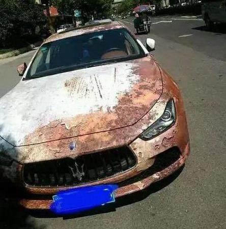 """停在路边""""锈迹斑斑""""的豪车, 打开车门, 车内情况让人羡慕!"""