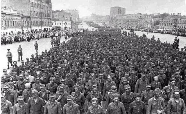 澳门星际官网:5.7万德军战俘在莫斯科当众拉肚子,_事后为何反而高兴?