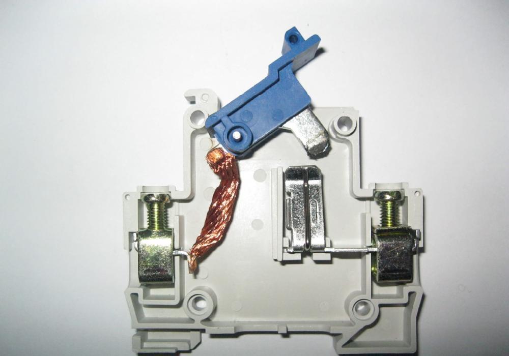 1是最简单的刀开关(手柄操作式单级开关)示意图.
