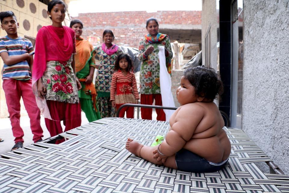 """奇异的印度宝宝,1岁时45斤重,父亲深信她是""""神童转世"""""""