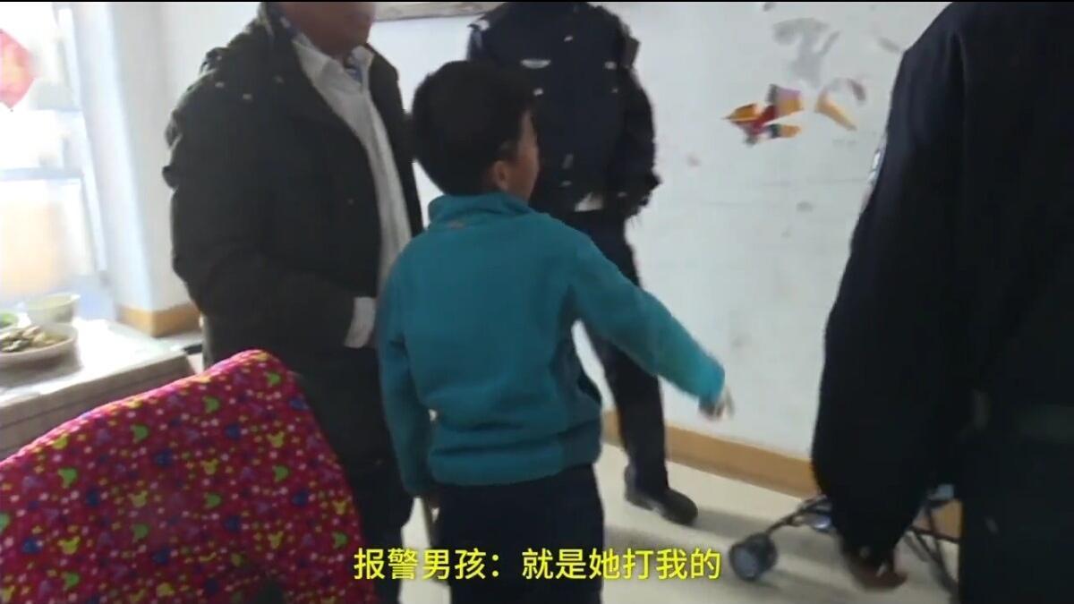 7岁男孩被妈妈打得流鼻血, 报警求助民警: 快抓走我妈妈!