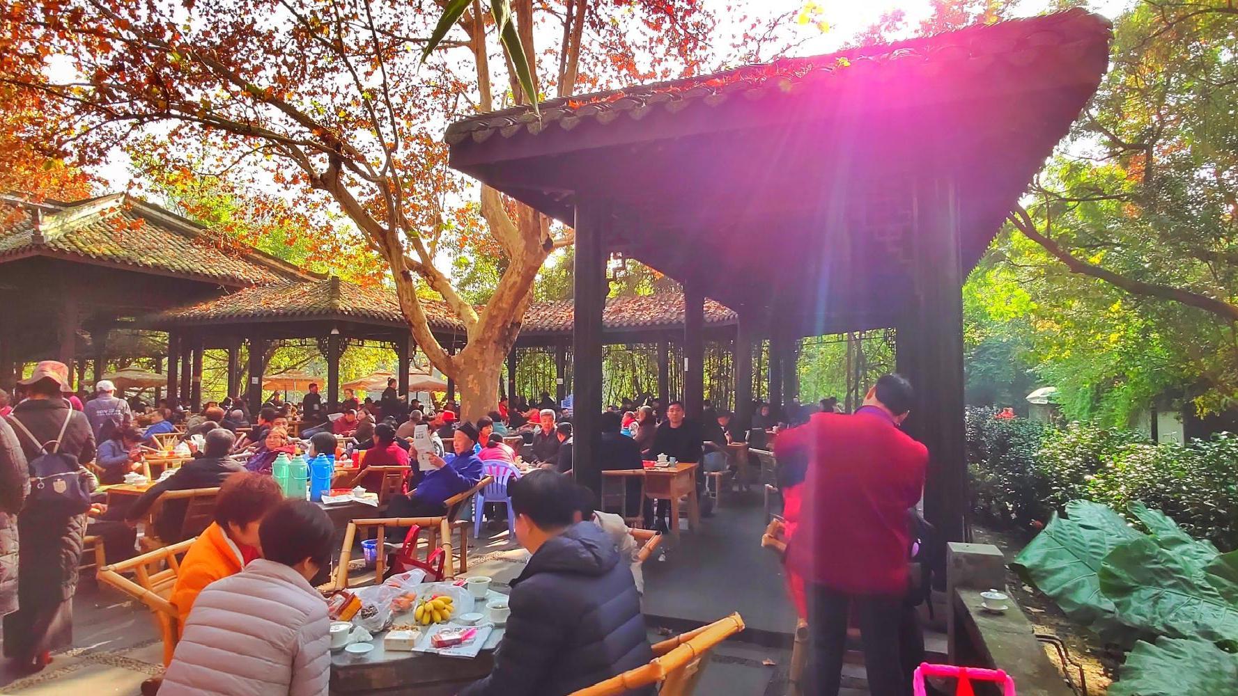 天府之国: 倒茶跑堂被称为茶博士, 顿顿美餐人均不过百元