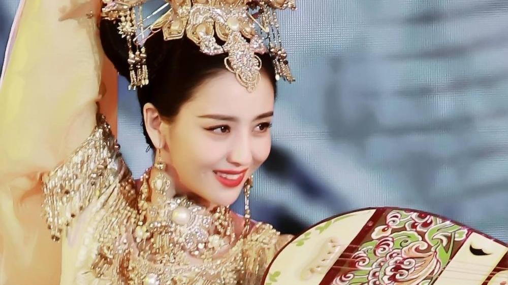34岁佟丽娅不止古装是仙女, 穿粉色挂脖连衣裙, 不输26岁周冬雨!