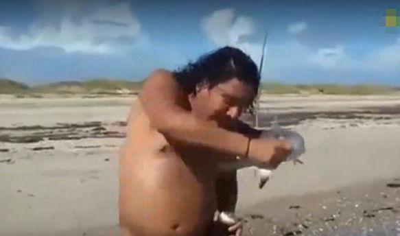 男子钓上一条小鲨鱼, 想跟鲨鱼合影时