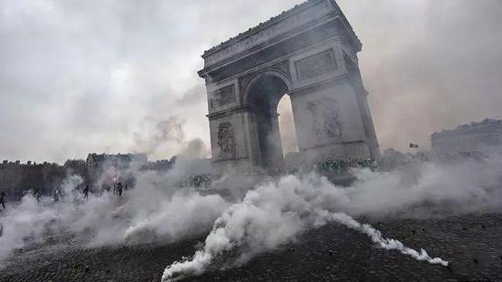 局势恶化! 手榴弹在抗议男子手中爆炸