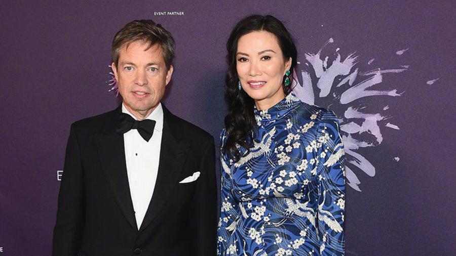 50岁邓文迪气质有多好, 自信同台超模, 一袭花裙就惊艳了!