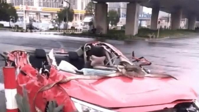 广东佛山发生一起交通事故, 一辆本田思域被撞成敞篷车