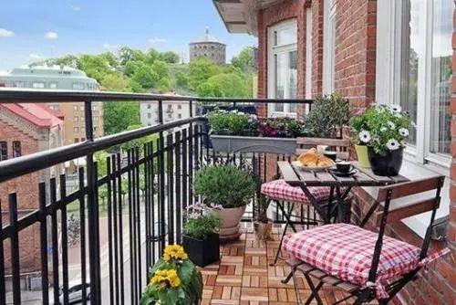 不要再将花草乱丢在阳台上了, 这么摆放, 活生生变成了花园!
