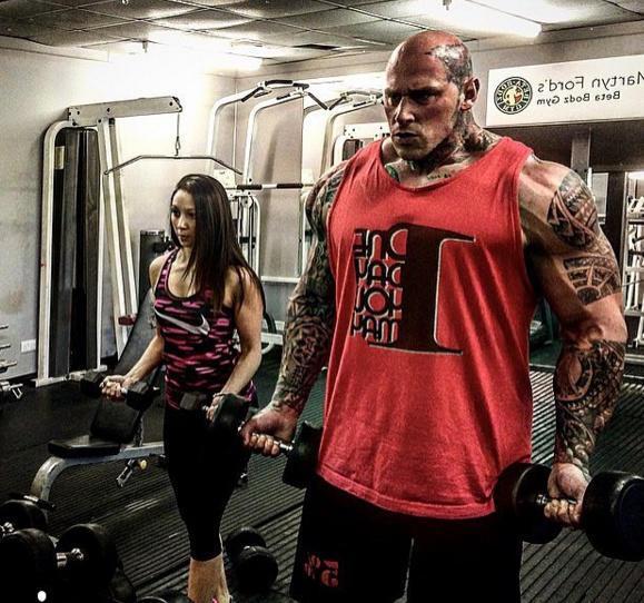 看肌肉怪吃饭如猛虎,美丽小娇妻左右陪练!