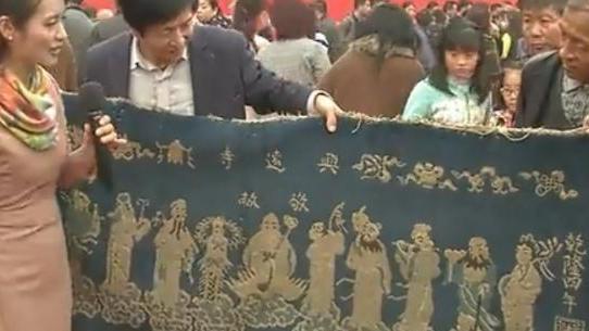 男子拿一被虫子蛀过地毯来鉴宝, 专家: 没文化, 这挂毯值10万!