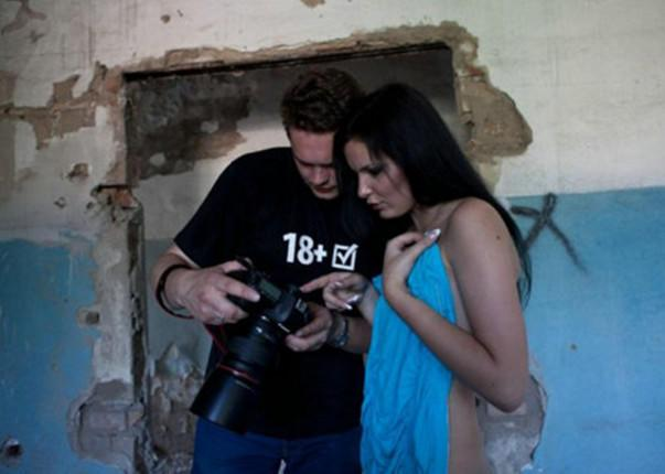 揭秘人体摄影师跟裸模的工作场景,诱惑与信任共存