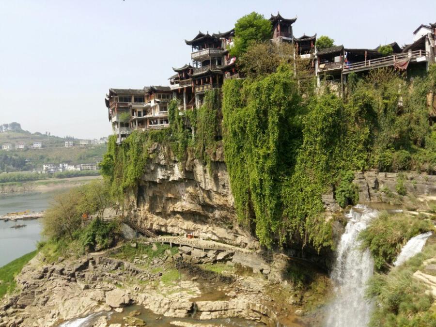 """""""挂在瀑布上的千年古镇"""",为你解锁不一样的景色!"""