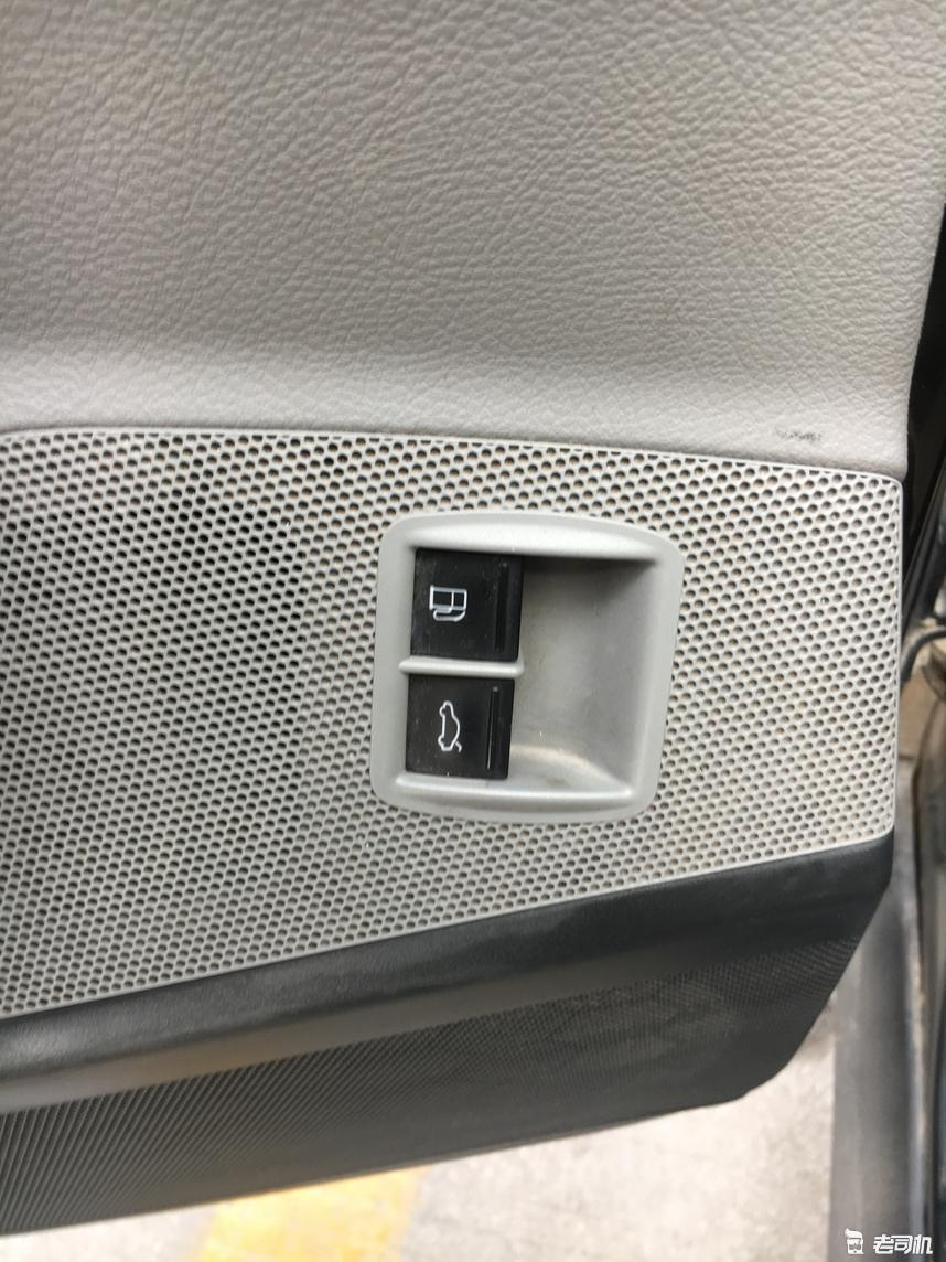 在音响上的油箱及后备箱开关.