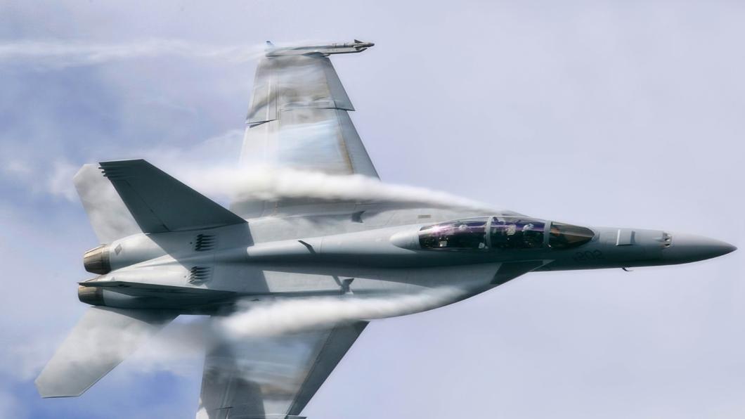 突发! 美军F18战机与加油机在驻日基地相撞, 6名飞行员失踪!