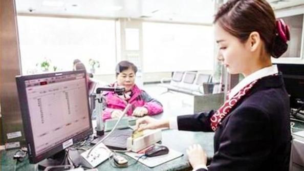 为什么有些人在银行柜台前一坐就半小时,到底在办理什么业务呢?