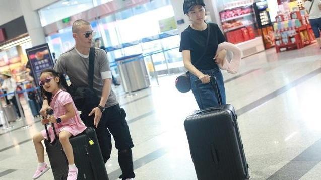 聂远全家机场现身,妻子秦子越素颜出镜,女儿粉色系装扮惹眼