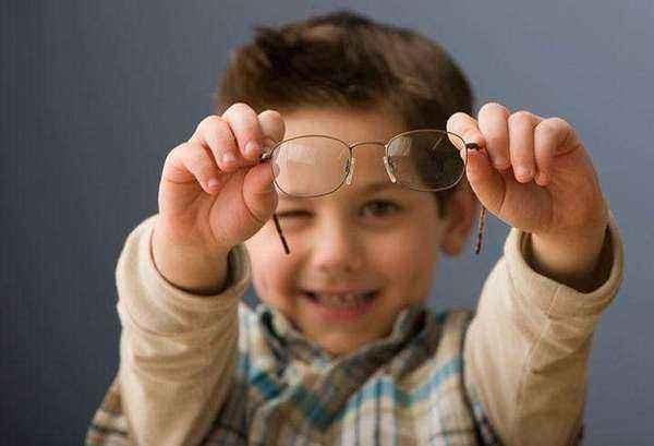 11岁孩子视力远不如老年人,眼科医生指出背后原因,家长需警惕