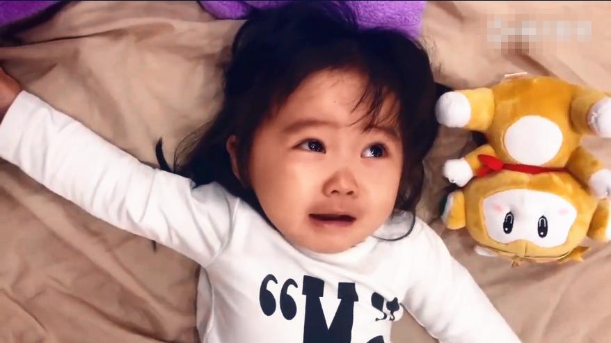 萌娃床上哭闹不止, 家长无计可施, 小猪佩奇来帮忙, 网友: 社会人