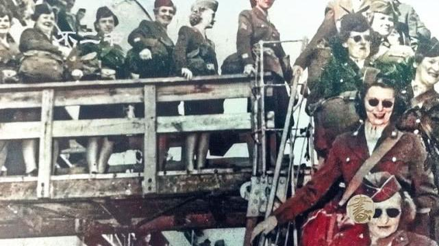 日本战后老照片:天皇巡视享受民众跪拜、日俘在西伯利亚欢唱跳舞