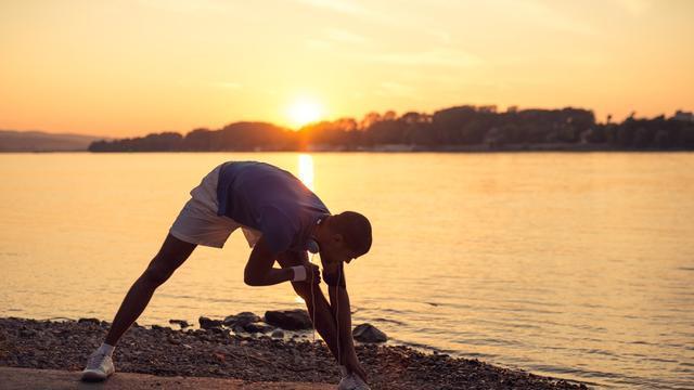 晚上锻炼犹如砒霜?睡前一套瑜伽拉伸动作,助你深度睡眠