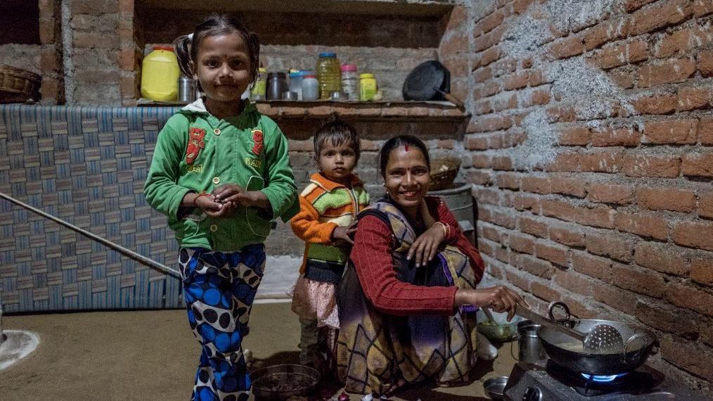 印度乡村家庭实拍:虽?#40644;?#31351;但是家里也有厕所,女人都是蹲着做饭