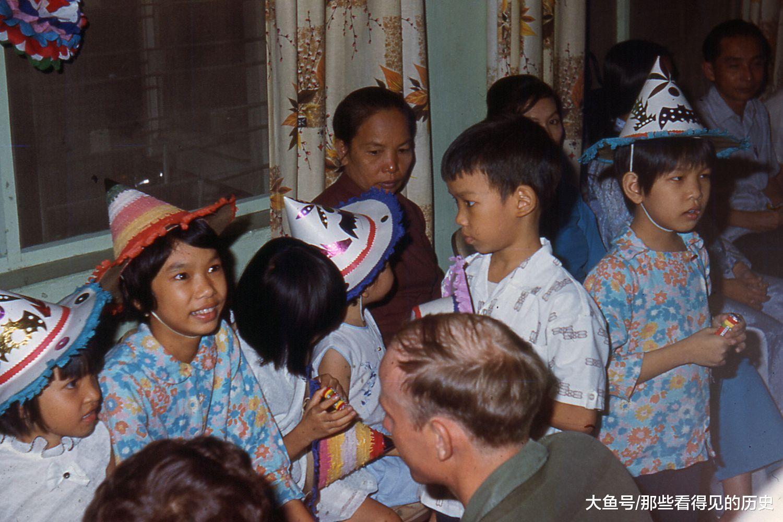 1975年,西貢被北越軍隊攻陷後,改名叫做胡誌明市。從此,西貢風光不再,不少人隻得遠走他鄉,投奔怒海成了國際難民。這張照片裏的小朋友,也不知道後來怎樣了。