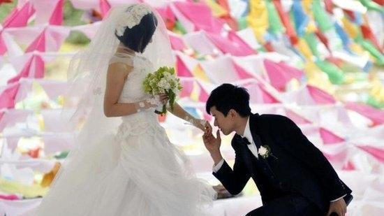 谢娜遇脱粉危机, 黄毅清又补一刀, 竟在婚礼上用刷卡机收礼金?