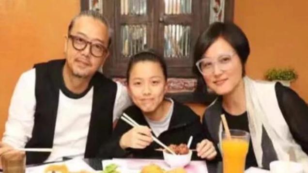 她美过李小璐,嫁给大5岁演员被宠15年,今49岁素颜风采依旧