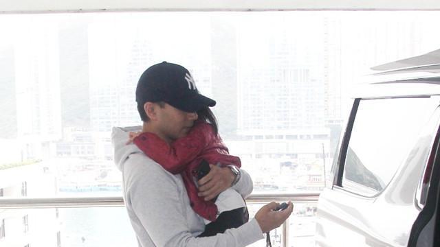 刘恺威离婚后抱女儿首现身, 被问到杨幂他四字回应