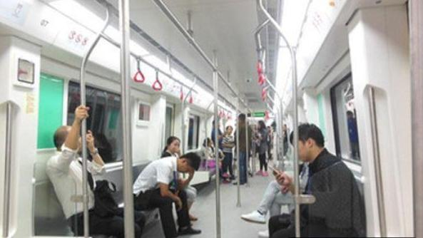"""地铁""""睡觉妹""""走红,手机屏幕成亮点,网友:最高级的""""炫富"""""""