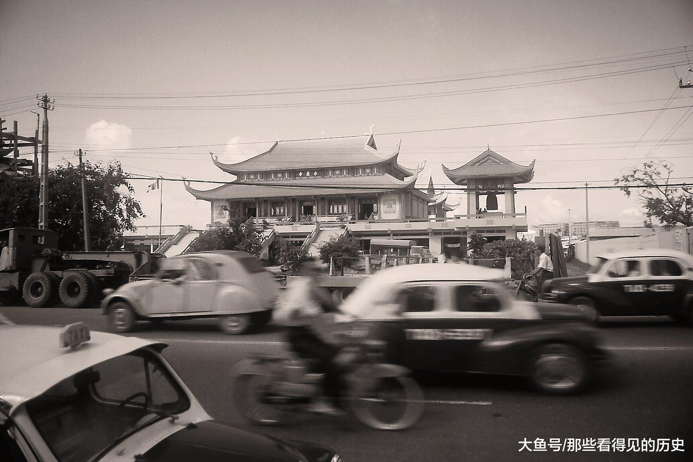 1970年,越南南方城市西貢的街頭,摩托車小汽車川流不息。