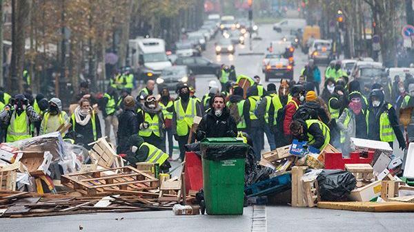 """法国遇50年来最严重骚乱 """"黄背心""""到底想要什么?"""