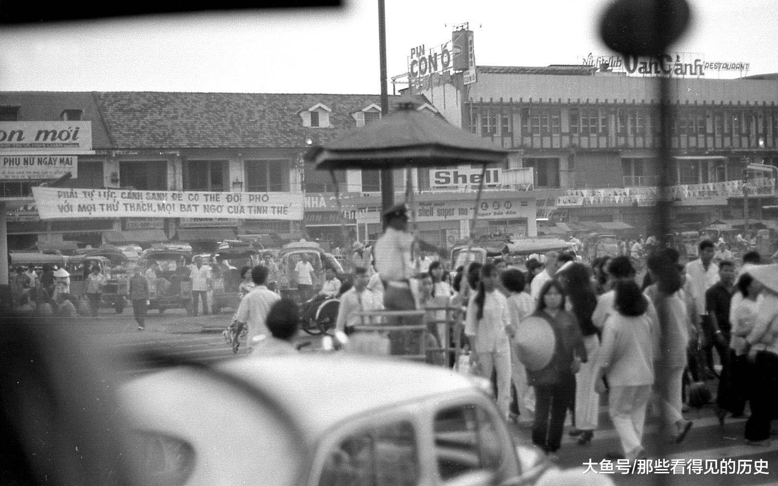 大街上人真是車多人多,也不知道這指揮交通的警察蜀黍忙得過來不。