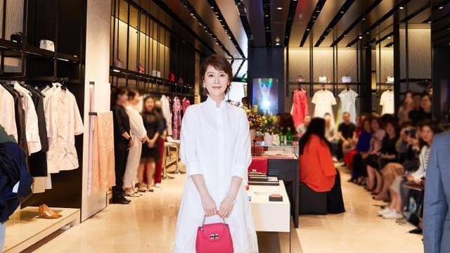 41岁海清出席活动身穿白色长衬衫搭配蕾丝纱裙,少女状态十足!