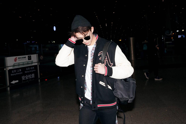 吴磊赴米兰列席品牌流动 夜止机场青春活气谦格