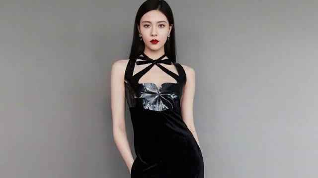 宋妍霏又来撩人了,穿着暗黑风丝绒绑带长裙,化身冷艳高贵黑天鹅