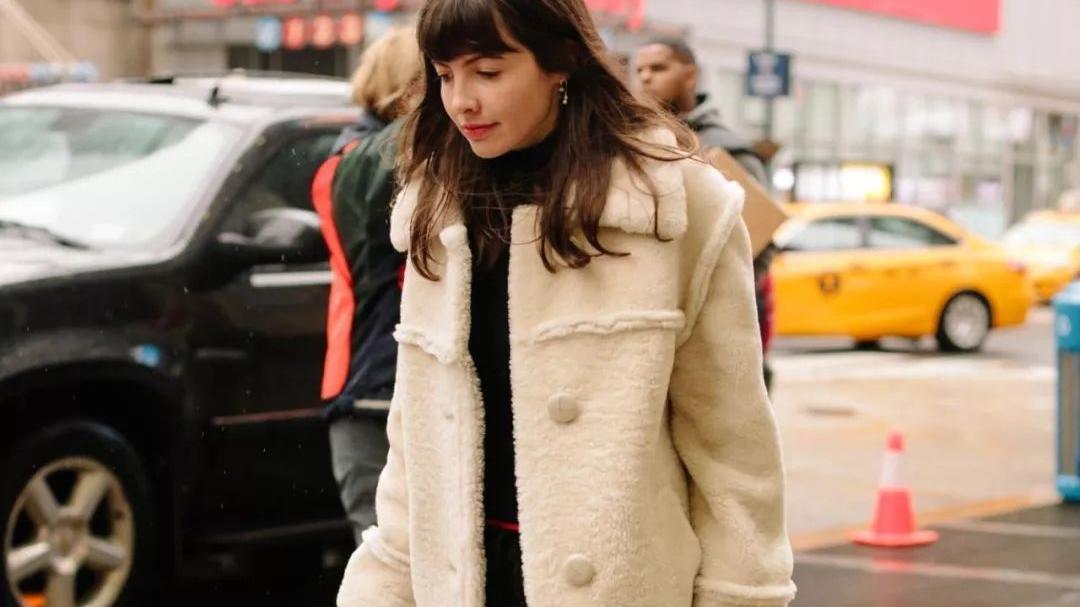 张蕾私下穿搭也这么精致,长款开衫搭条丝巾,初秋这样穿很高级