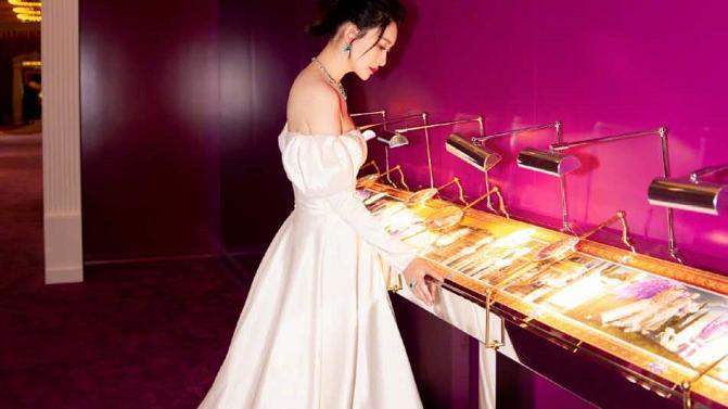 李小冉亮相宝格丽珠宝展,穿简洁的白色抹胸礼裙,散发着高贵气质