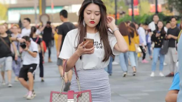 白色短袖T恤,搭配浅灰色半身裙,时尚又休闲的搭配