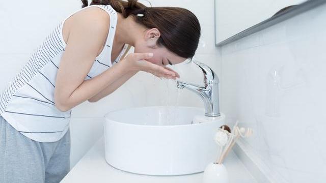 鼻头长黑头粉刺用什么洁面?有哪些适合痘痘肌的洗面奶?