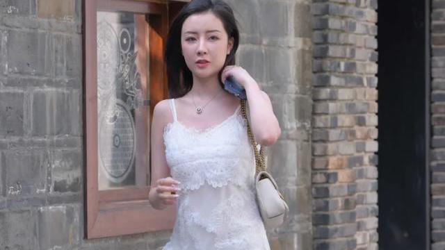 时尚白色连衣裙,搭配精致华丽的高跟拖鞋,给人大气优雅的美感