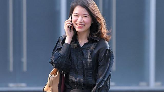 深秋时节怎么搭配更时髦?美女选择黑色系穿搭,时髦精致又暖和