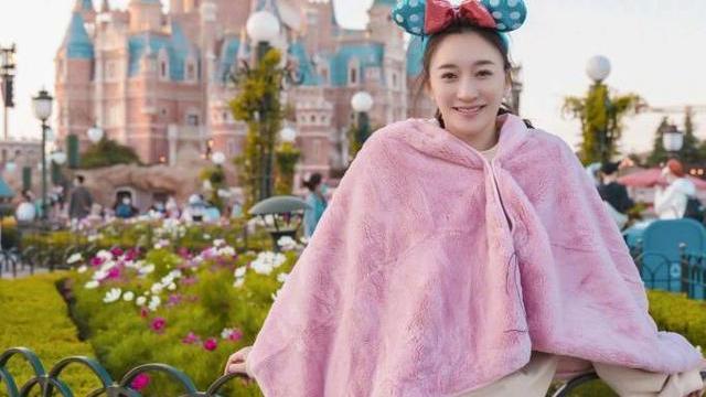 """李小冉越来越""""水灵"""",穿粉色披肩游迪士尼,44岁甜美娇嫩似少女"""