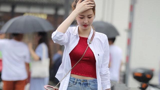 白色宽松长袖雪纺衫配合卡其色高跟鞋,朴素淡雅,温柔可爱