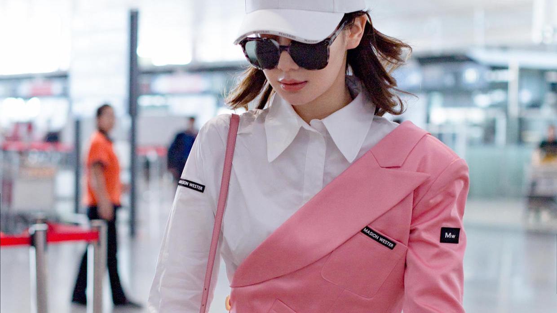 刘芸穿搭越来越简约,一件白色衬衫裙配短靴就走机场,反而更时髦
